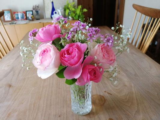 カスミソウ以外、庭の花で作った花束。母の日にプレゼントしました。