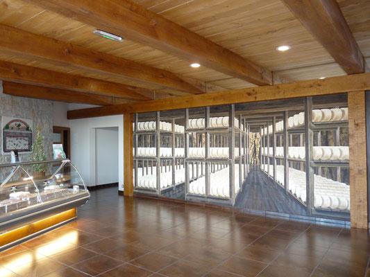 """Société """"Le Vieux Berger"""" à Roquefort dans l'Aveyron (12) : réalisation d'un plafond avec poutres bois vieillis. Dans le fond, peinture en """"trompe l'oeil""""."""