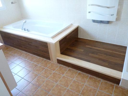 Aménagement salle de bains : habillage de la baignoire en teck et frêne