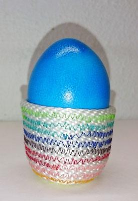 Bunte Eierbecher im Seilkorb-Stil