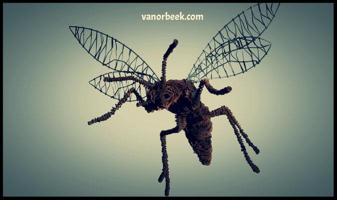 Deev Vanorbeek, artdeev     guêpe metal art sculpture  45 cm          www.vanorbeek.com                                                                                              fil de fer , metal art,  sculpture d'insecte, recyclage