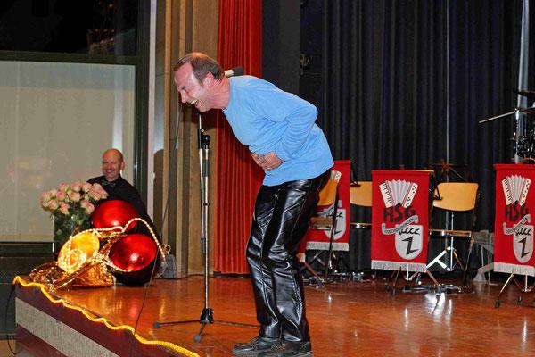 Der Lachyogatrainer Hans-Martin Bauer sorgte für gute Stimmung im Saal