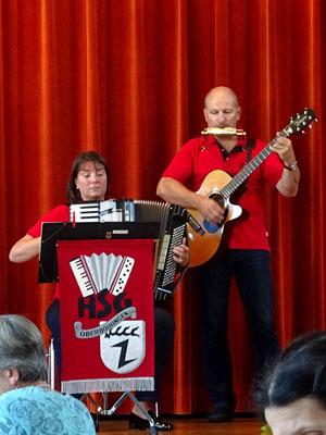 Andrea Strayle-Weiß und Richard Weiß beim Begleiten der Volkslieder.