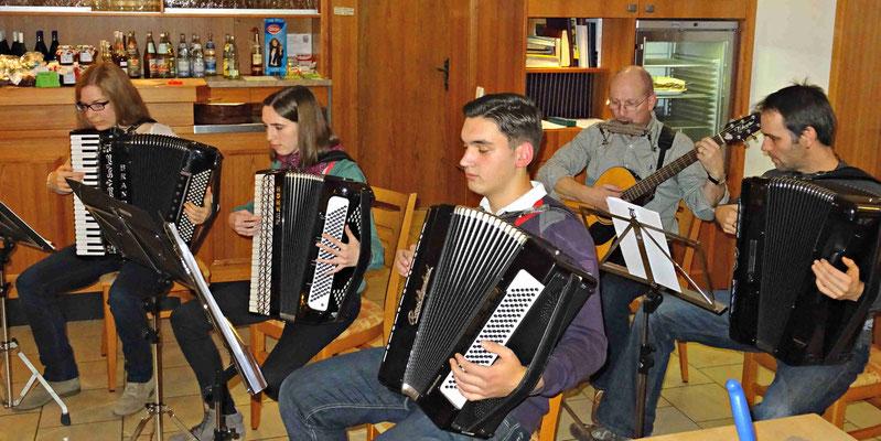 Das spontan gegründete Quintett begleitete die Gäste beim Singen der Weihnachtslieder.