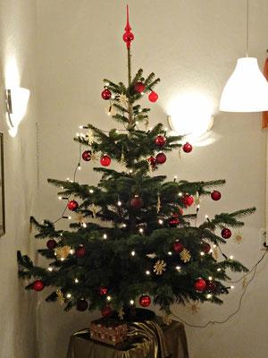 Fröhliche Weihnachten! - Der Weihnachtsbaum im Albvereinsheim Oberboihingen.
