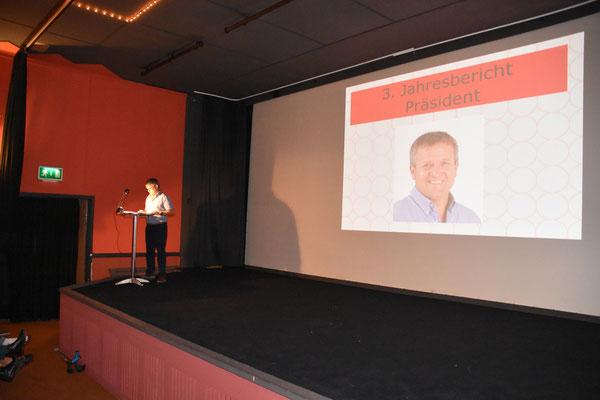 Peter Zumbrunn präsentiert den Jahresbericht
