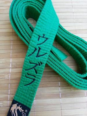 Karategürtel vertikal mit Namen (Ursula) in Katakana bestickt