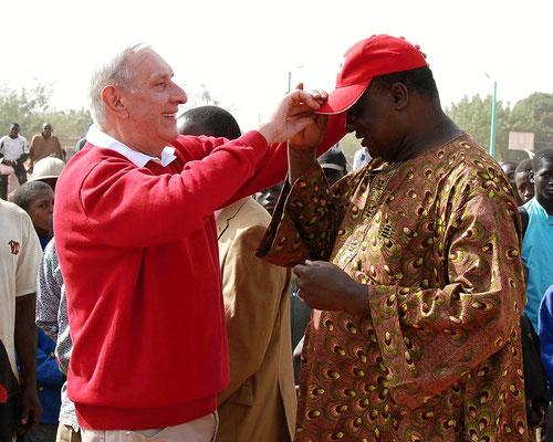 Walter Mayr übergibt dem Bürgermeister sein rotes Kapperl