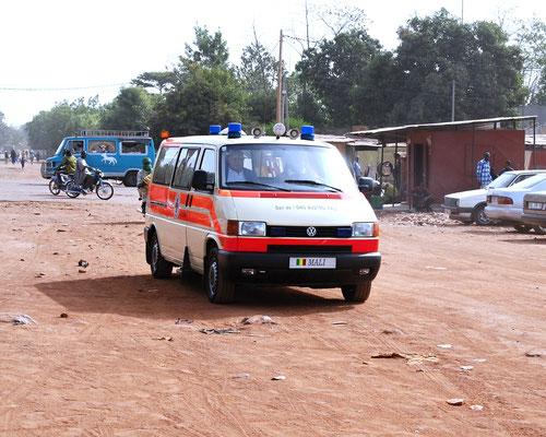 Das Rettungsauto auf der Fahrt von der Botschaft zum Festplatz vor dem Spital