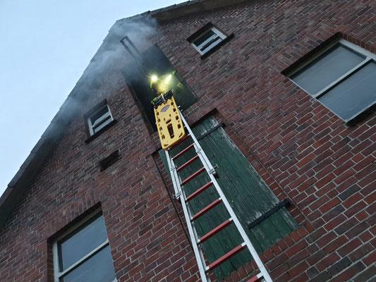 Vorbereitung der Rettung mit dem Spineboard über den Leiterzugang