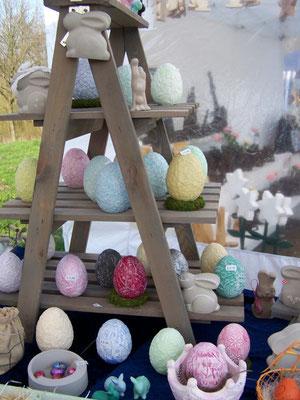 Dieser Osterhase kreiert Eier in Frühlingsfarben aus Giessbeton.