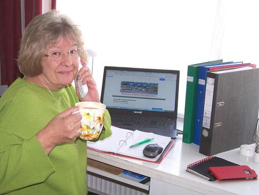 Christine unsere Managerin... und so sieht es auch  aus, wenn sie für Reinhards Skulpturen vermarktet