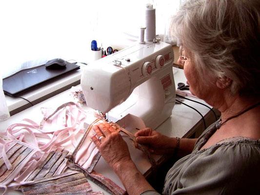Auch Christine Tenzler  ist eifrig beim Maskennähen und unterstützt damit viele Menschen in den Pflegeheimen.