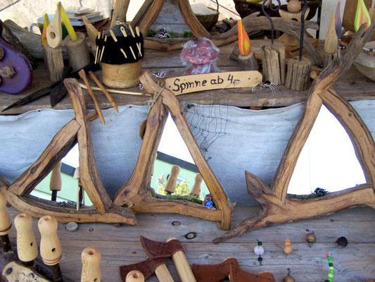 Interessante Spiegel und andere Gebrauchsgegenstände versetzen uns in die Zeit des Mittelalters.