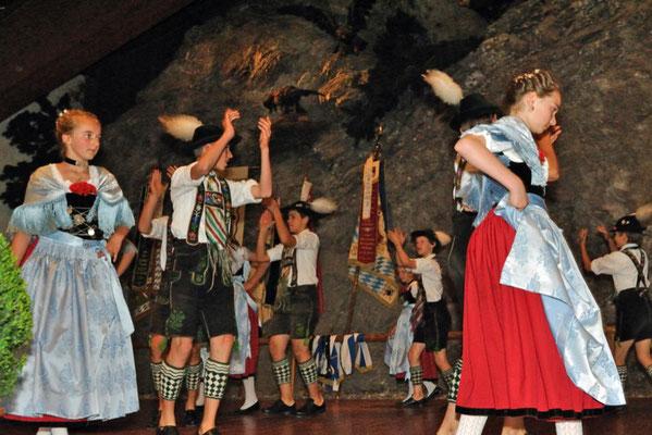 Traditionelle Schuhplattler in der Bayernhalle in Garmisch-Partenkirchen