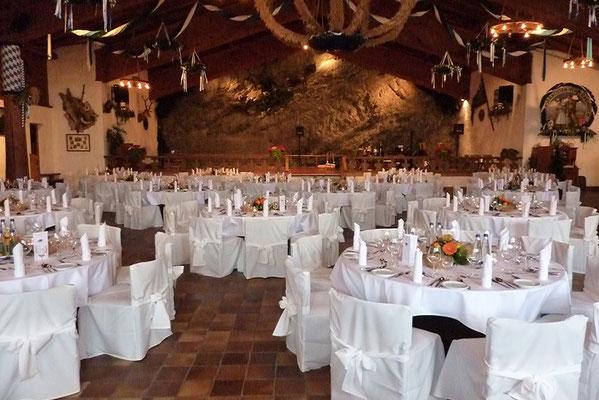 Runde Tische und Stühle mit Stuhlhussen in der Bayernhalle in Garmisch-Partenkirchen
