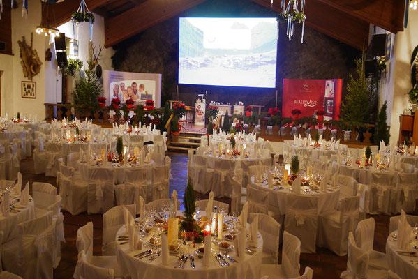 Festlich gedeckte Tische in der Bayernhalle in Garmisch-Partenkirchen
