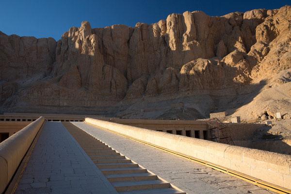 Menschenleerer Aufgang zum Tempel der Hatschepsut (Tal der Könige)