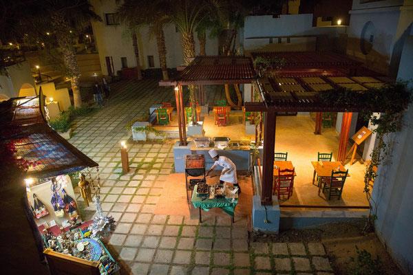 Restaurant wartet vergeblich auf Gäste in Port Ghalib