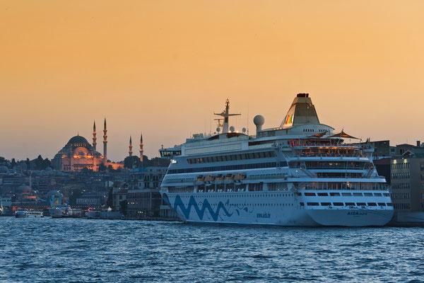 Türkei - Istanbul - AIDAaura vor Yeni Cami (Moschee) vor Galata Brücke am Goldenen Horn
