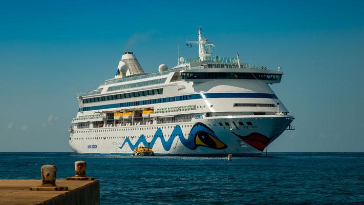 Karibik - Grand Cayman - AIDAvita auf Reede vor Georgetown