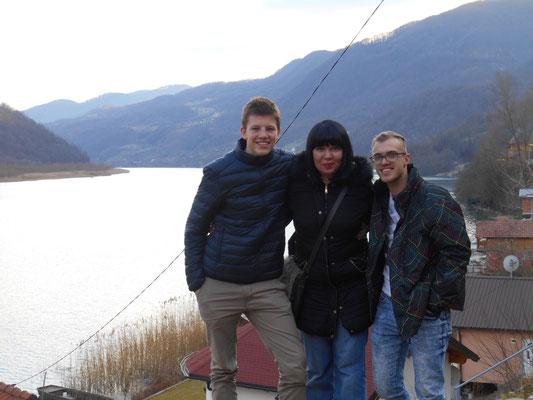 Auf der Rückfahrt von Srebrenica mit meiner Kollegin Dzenana und meinem Vorgänger Julian