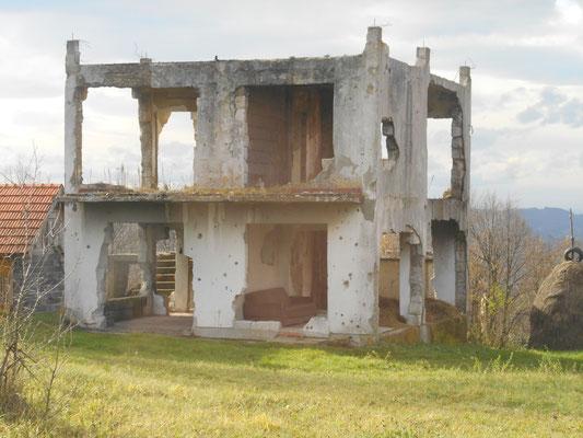 Es gibt viele verlassene und/oder zerstörte Gebäude auf dem Land