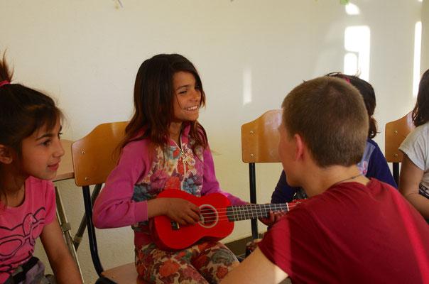 Beim Instrumentenkarussell im Tranzitviertel im Kosovo