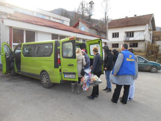 Am nächsten Tag Ausräumen der Pakete in Srebrenica, wir konnten leider nur noch wenige Kinder persönlich beschenken, der Rest wurde von den LehrerInnen am nächsten Schultag verteilt
