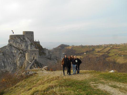 Unsere momentane WG-Zusammensetzung (Johannes, Stefanie, Franziska, Hanna) mit Burg im Hintergrund