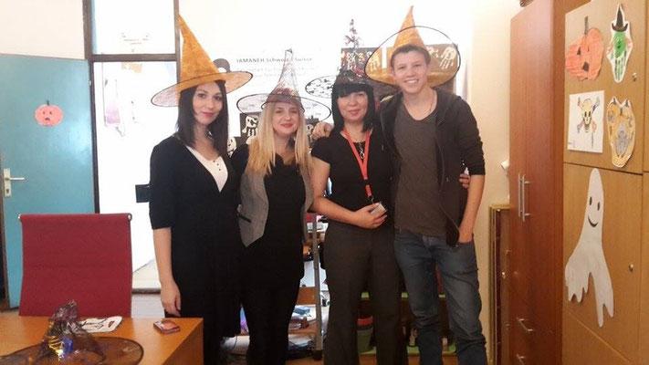 Vorbereitung der Halloweenparty im Telex mit meinen Kolleginnen