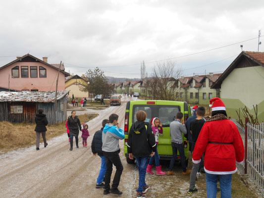 """Ankunft mit dem grünen """"Geschenkeexpress"""" in Mihatovici"""