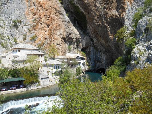 Die Quelle der Buna mit einem Derwischkloster in der Nähe von Mostar (Bosnien)