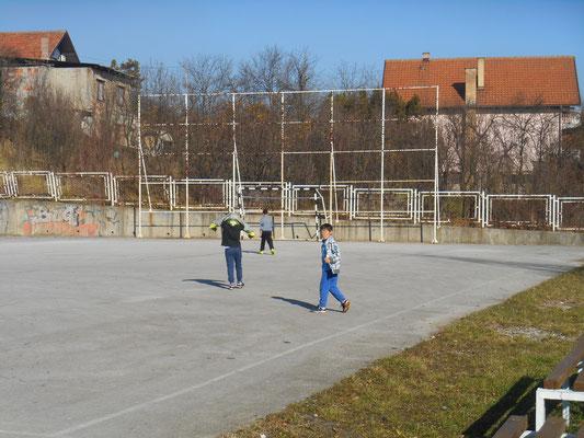 Fussballspielen im Kinderheim bei Sonne und gefühlten 20 Grad (ich musste das Gesicht unkenntlich machen)