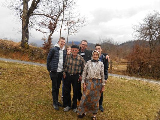 Johannes, kleine Schwester, Opa, Vater, Oma, Almedin (von links)