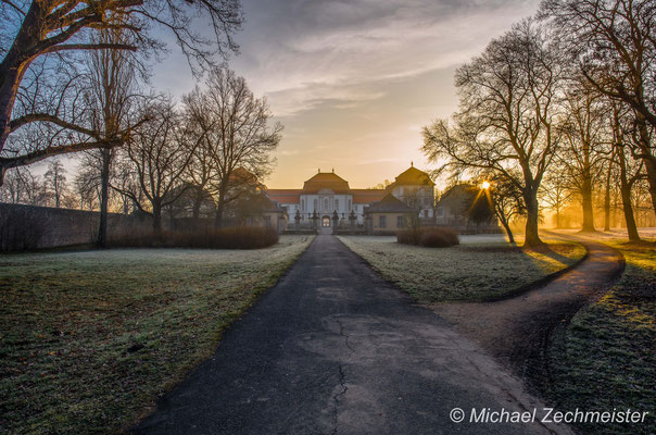 Sonnenaufgang hinter dem Schloss