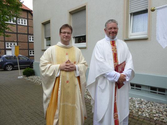 ... holen Pastor Jochen Kosmann und Dechant Kemper am Pastorat ab