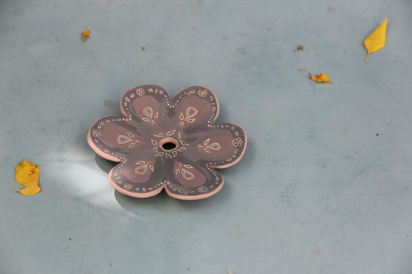Porte-savon en forme de fleur qui attend sa première cuisson après avoir été décoré aux engobes.