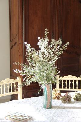 Grand Vase tubulaire tout de vert et de rose, sgrafitte et impressions dentelles