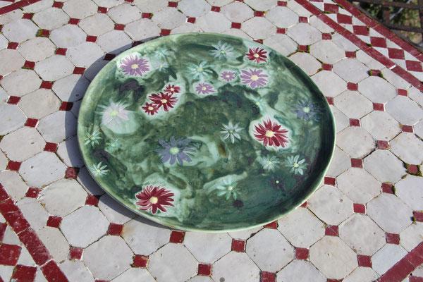 Grand plat aux reines marguerites décoré aux engobes
