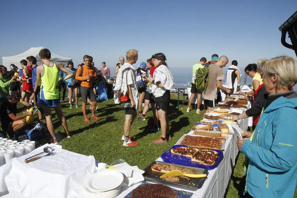 Das Kuchenbuffet gehört zum Hochfellnlauf dazu Foto Stinn