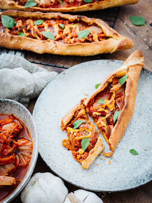 Vegane Pide mit Kimchi und Tahin-Sriracha-Creme