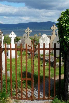 Eingang zum alten Friedhof und Kloster der Augustinermönche in Ballinskelligs, die im 11 - 12 Jahrundert von  Skellig Michael übersiedelten.