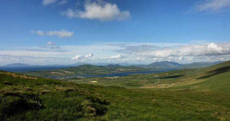Blick auf Portmagee und Valentia Island. Dahinter die Dingle Bay.