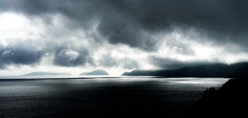 Blick von Dingels Südküste zu den Great Blasket Islands.____________ Ich schreibe dies auf,  um zu sagen wie wir waren;  denn es wird niemand geben,  der so ist wie wir.  T. O´Chrohan aus dem Buch: Die Boote fahren nicht mehr aus