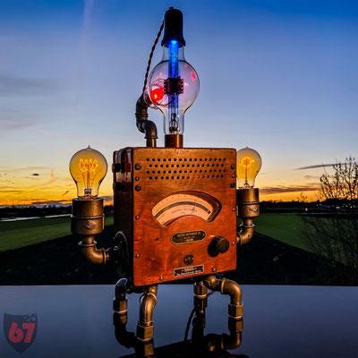Weston Voltmeter, 1900-1920 and Westinghouse CWL-860 electron bulb, Upcycling light object - Jürgen Klöck - 2020