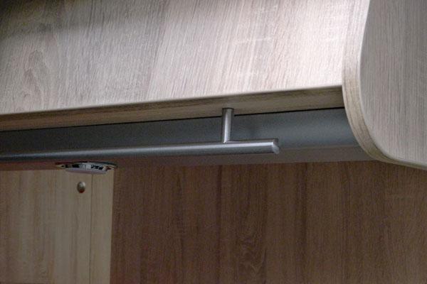 """IKEA-Türgriffe """"LANSA"""" als Geschirrtuch-Trockenstange (und auch sonst ganz praktisch) wurden unter den Küchen-, Wohn- und Schlafzimmer-Oberschränken angebracht"""