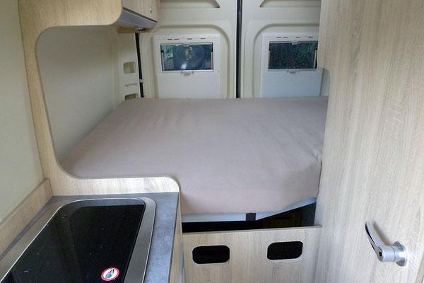 Neue Matratze und Heckfenster-Rolloschutz mit Klettverbindung (Version 1)