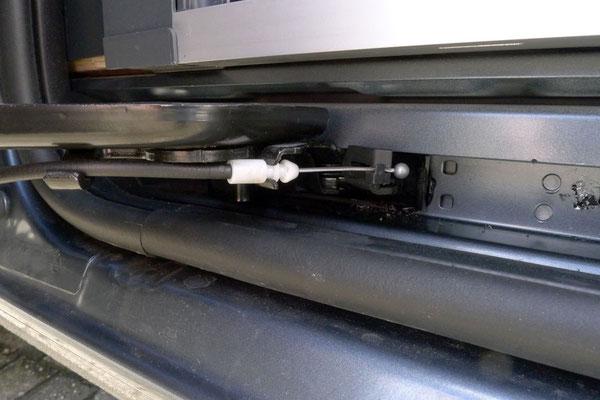 Neu positionierter Türanschlag. Leider wurde der Kugelnippel des Bowdenzugs vom Mechaniker falsch montiert und verknickte deswegen nach zwei Jahren. Die Kugel darf man nicht sehen!.