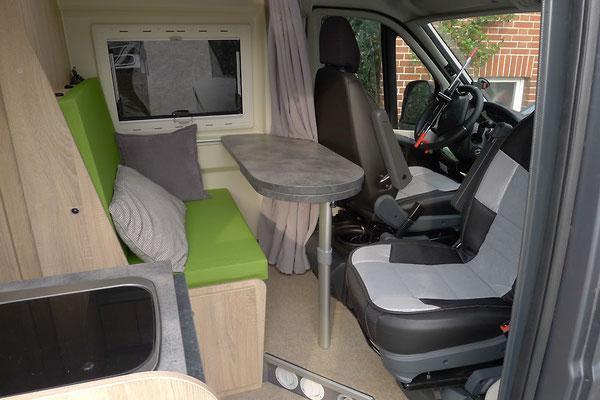 Man kann sich wesentlich variabler hinsetzen und kommt auch noch leichter an den Deckel der Sitzbanktruhe
